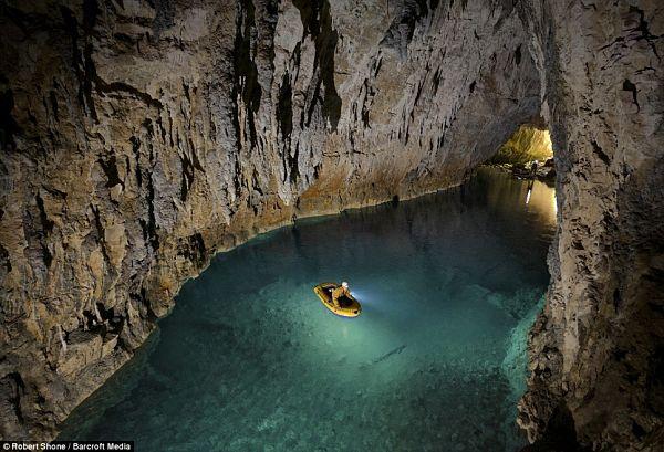Lago de la cueva de la muerte