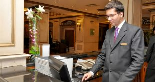 hombre-trabajando-en-recepcion-de-un-hotel