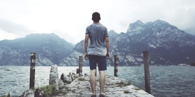 Viajero-mirando-las-montañas.