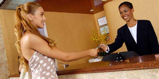 huesped-y-recepcionista-de-hotel