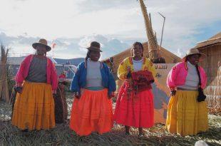 Islas-flotantes-de-Los-Uros,-Lago-Titicaca,-Perú