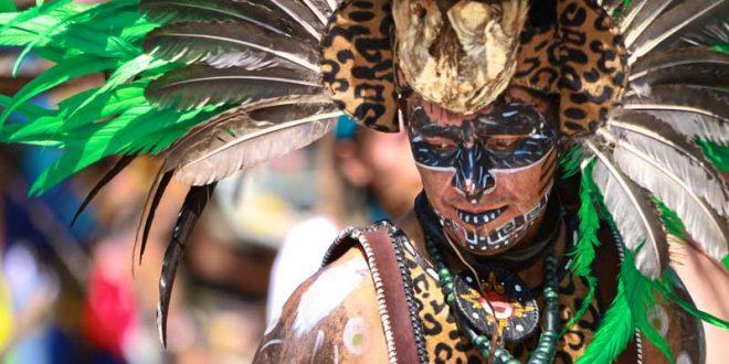 Disfrazado-de-azteca-bailando