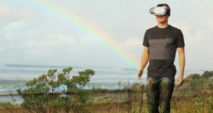 Hombre-practicando-turismo-virtual