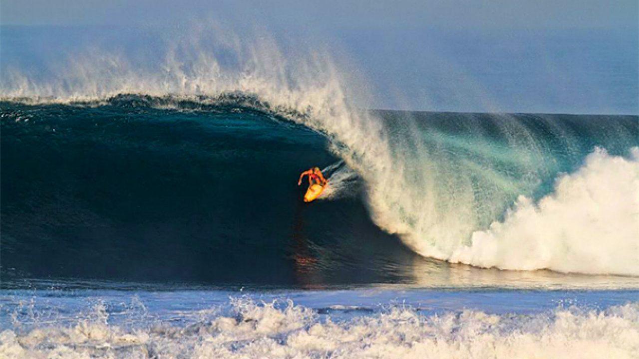 surfista disfrutando las olas de Cuyutlán