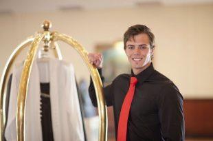 Jovén trabajador de hotel