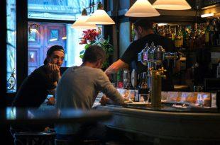 clientes en un bar