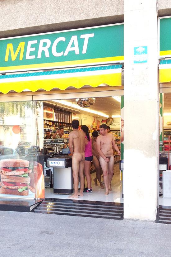 Turistas italianos deambulando desnudos en España