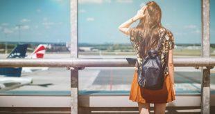 Joven mujer viajando