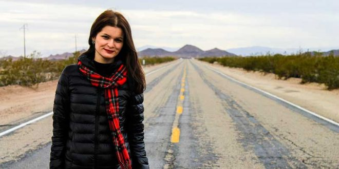 Mujer-sobre-carretera