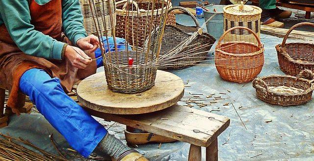 Personas haciendo artesanías