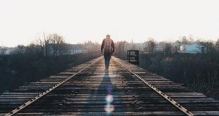 viajero-caminando-por-las-vias-del-tren