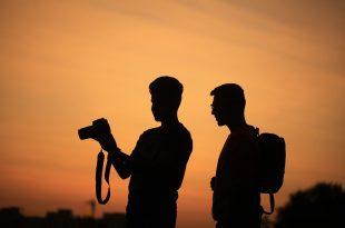 Dos personas con una camara de fotografía