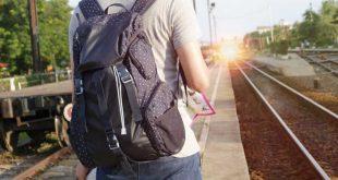 Jovén-con-mochila-viajando
