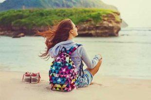 Mujer-mochilera-viajando-en-la-playa
