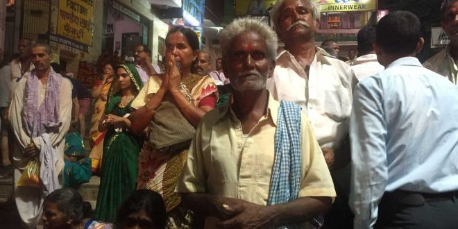 Gente en la ciudad de Varanasi, India