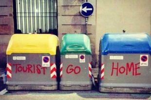 Turristas-vayanse-a-casa,-en-Barcelona