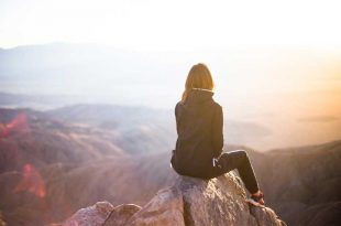 Viajera-sobre-una-montaña