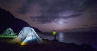 Viajero-acampando-en-la-noche