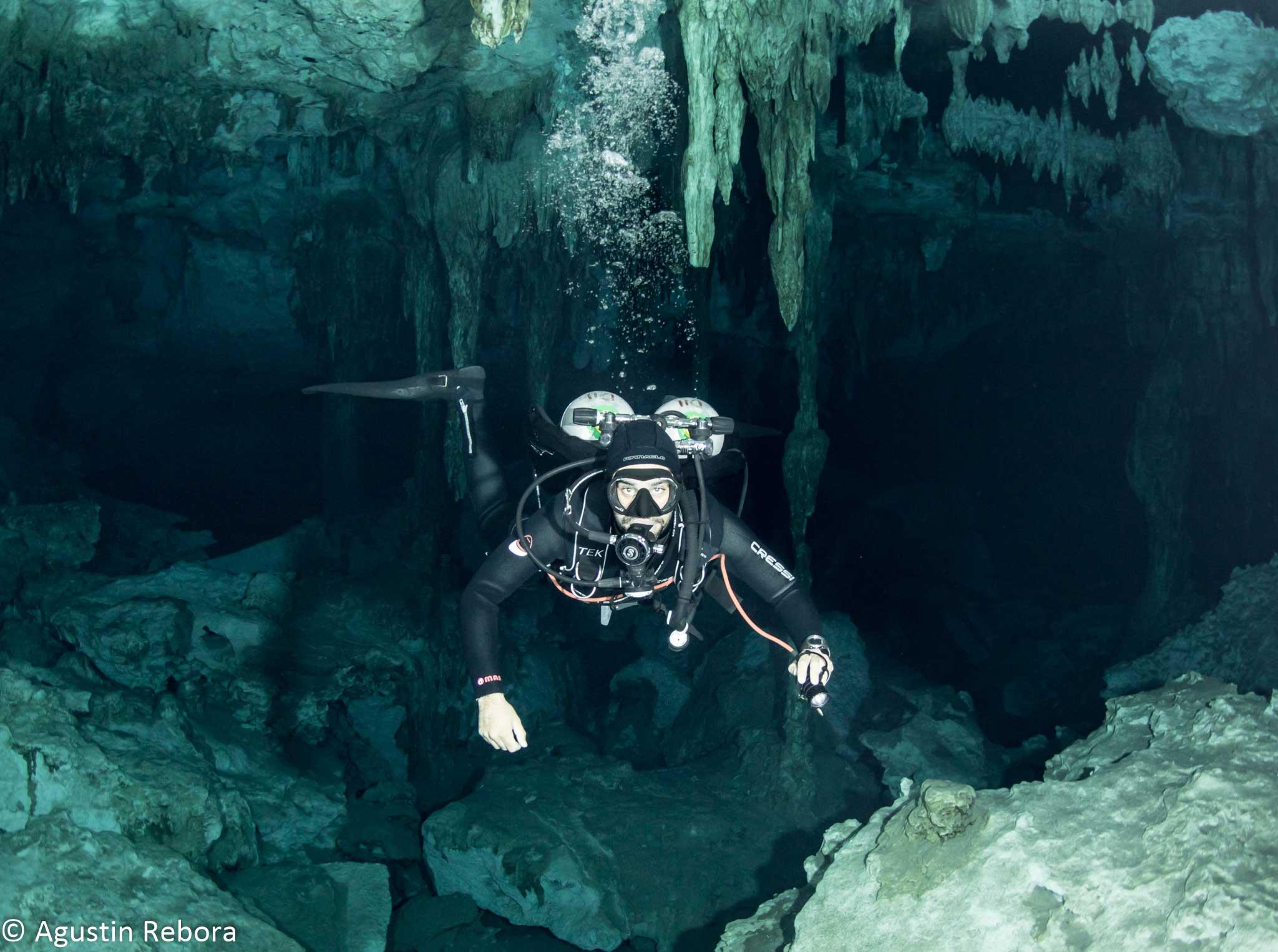 Guía-buceando-en-la-caverna