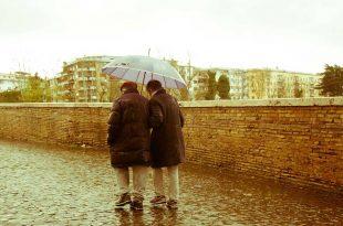 Adultos-mayores-caminando-de-viaje