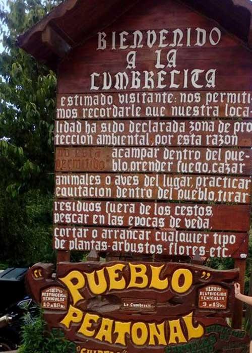 Cartel de bienvenida en el ingreso a La Cumbrecita