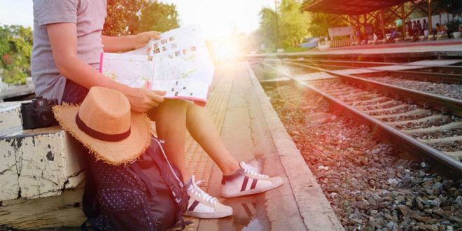 joven millenial de viaje en el tren