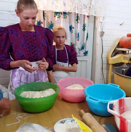 niñas menonitas cocinando