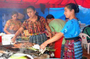 Cocineras guatemaltecas. Mujeres con trajes indígenas en la preparación de comida típica.