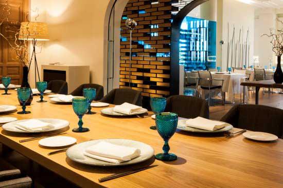 Mesa en restaurante Kalma en Madrid, España