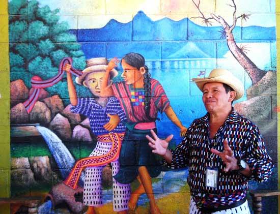 Guillermo, presidente y guía, explica uno de los murales.