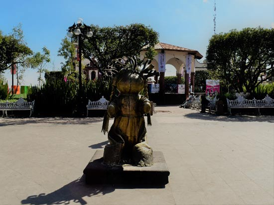 Estatua de bronce de muñeca-artesanal en Amealco de Bonfil