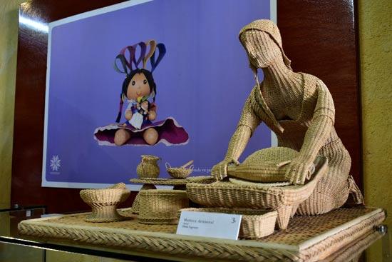 Muñeca tejida en el museo de la muñeca