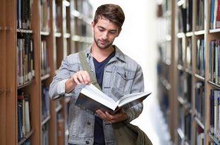 estudiante de turismo con libro