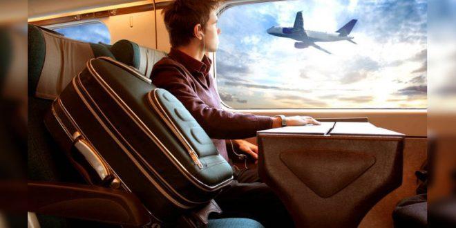 Joven estudiante viajando en avion