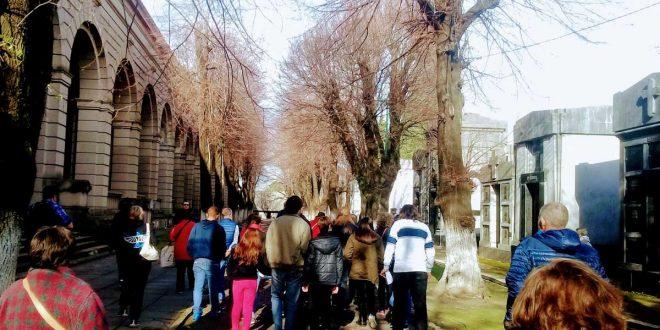 Turistas en el Cementerio Municipal de la ciudad de La Plata, Argentina