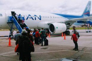 Pasajeros abordando avión