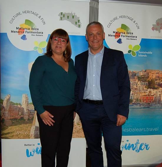 La Consellera de Innovación, Investigación y Turismo, Dña. Isabel M. Busquets y el director de la Agencia de Estrategia Turística de las Islas Baleares, D. Jaume Alzamora.