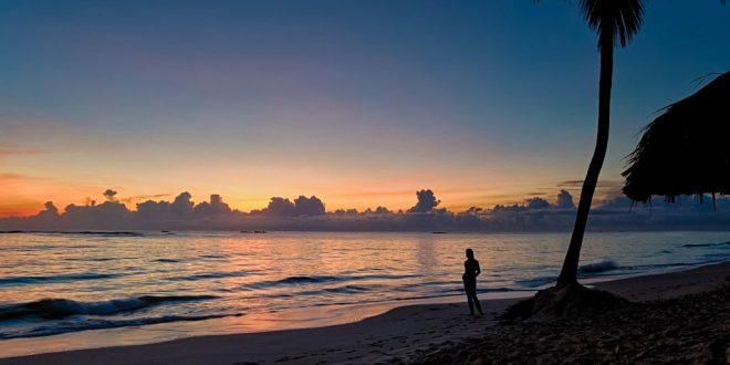 Viendo la puesta del sol en la playa