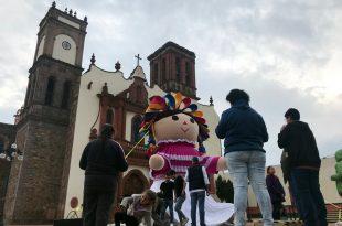 """""""Lele"""" frente a la parroquia de Santa María en Amealco"""