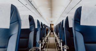 Al interior de un avión