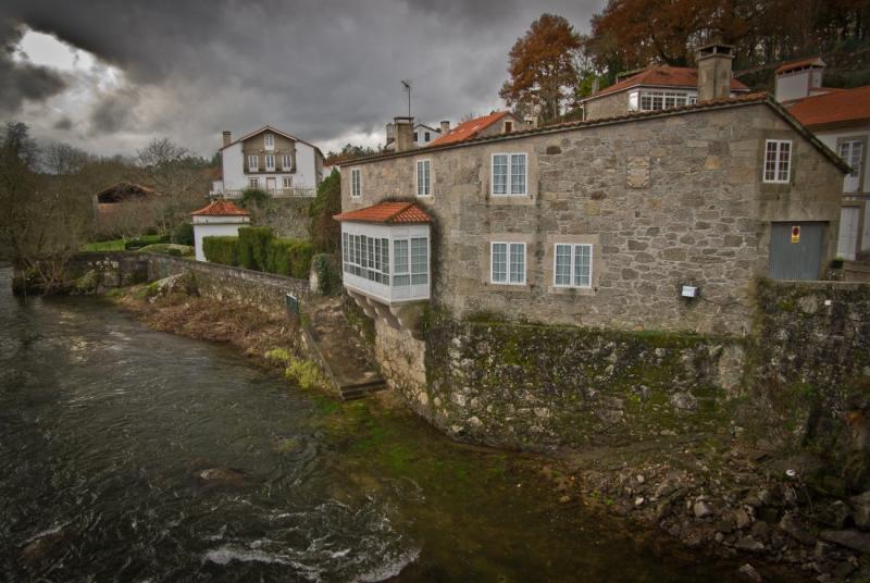 casas borde rio ponte maceira