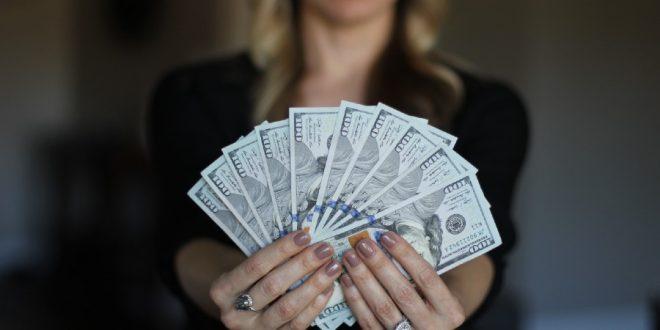 Mujer con dinero en las manos