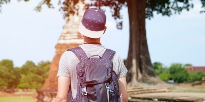 joven turista mochila