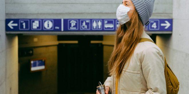 mujer turista covid