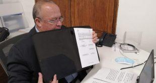 Hugo Burgos firma de convenio