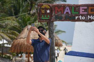 Malecon Puerto Morelos Turista cubrebocas
