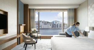 mujer limpiando la habitación de un hotel