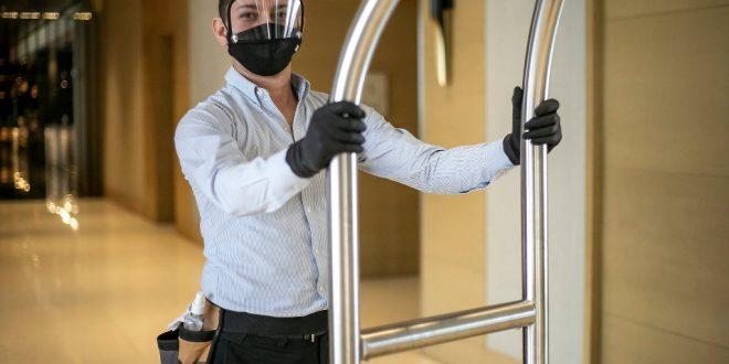 trabajador de hotel cubrebocas