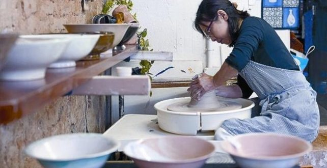 Misako Homma haciendo ceramica en Barcelona