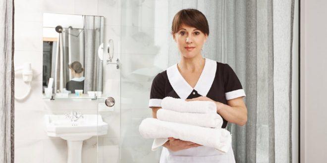 mujer trabajando en hotel